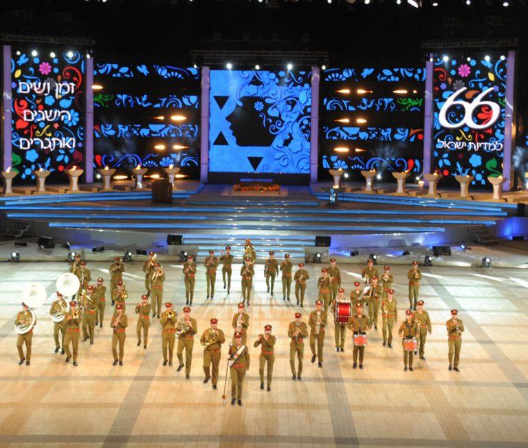 """תזמורת צה""""ל בטקס הדלקת המשואות, יום העצמאות 2014. השיר המדגיש את רוח האדם על מעשה האל הפך לחלק קבוע מהטקס"""