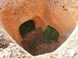 אחד מקברי הפיר. מתוארכים ללפני 4,000-4,400 שנה