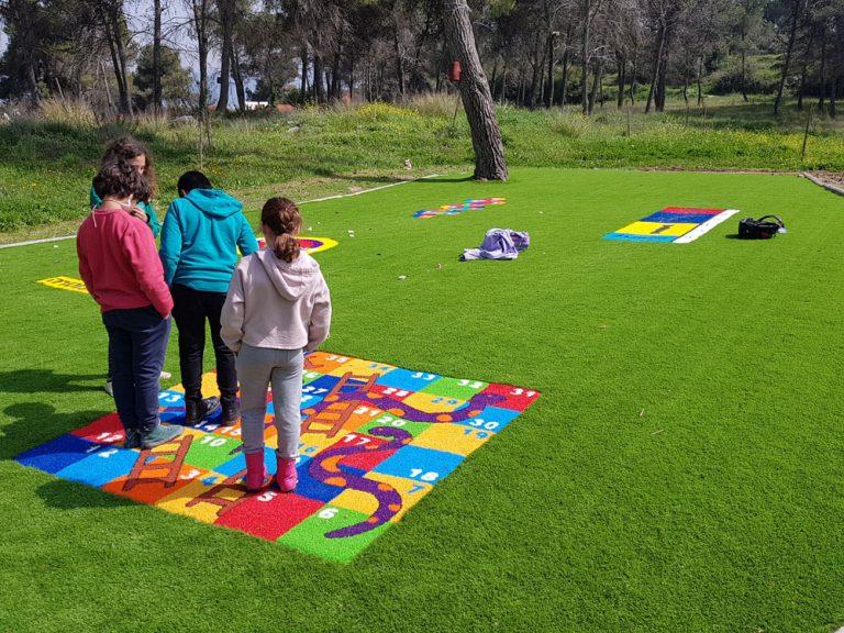תלמידות משחקות בדשא המלאכותי