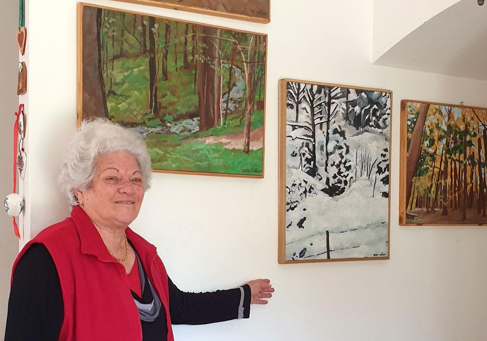 רפאלה צינר פוקס וכמה מעבודותיה צילום: בן עמי מוסק