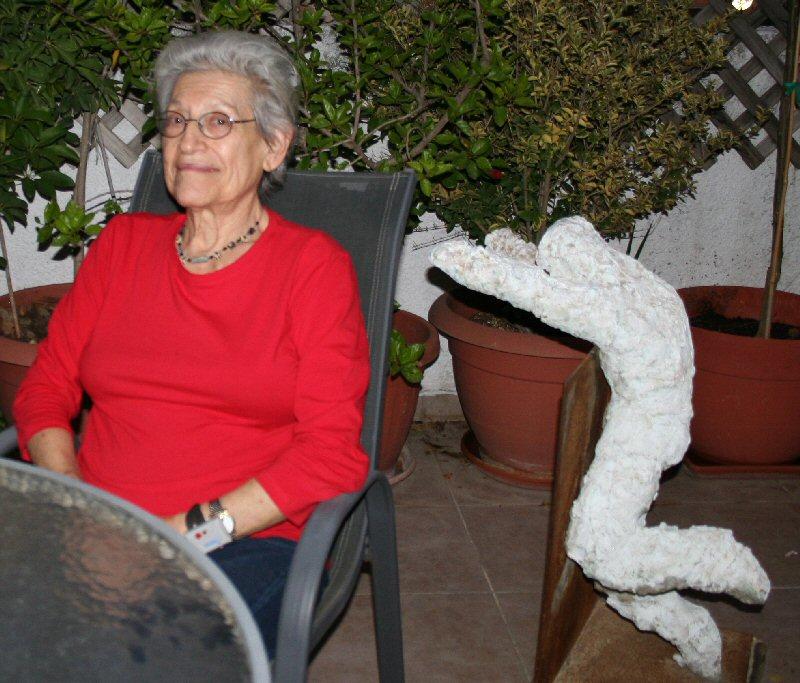 חוה מחותן במרפסת ביתה בכרמיאל, נובמבר 2011, צילום עדי גרינפלד
