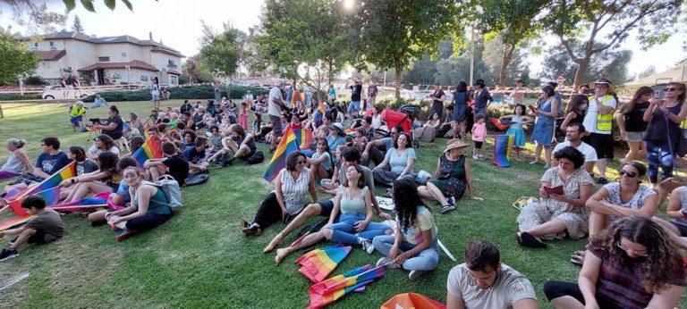 קהל באירועי מצעד הגאווה. תפנית בתחושה של הקהילה הגאה