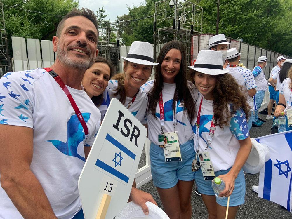 שי-לי מזרחי (במרכז) עם חבריה לנבחרת החתירה בכפר האולימפי בטוקיו
